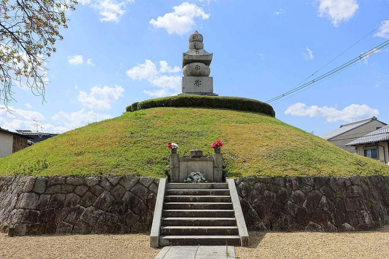 visit the Mimizuka Shrine